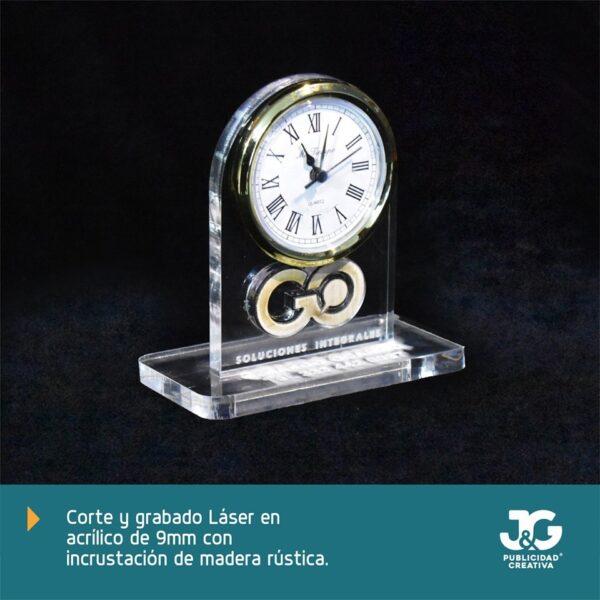 Mod. GO - Reloj hecho en acrílico y madera